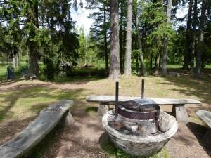 Einen schönen Grillplatz für die Angler gibt es dort auch.